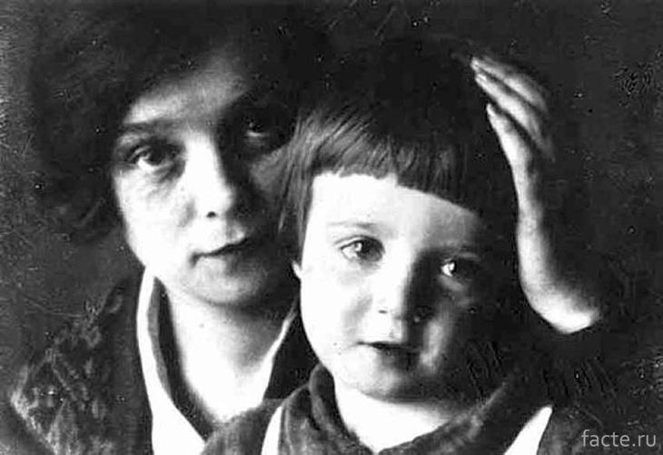 Надежда Вольпина с сыном поэта Александром