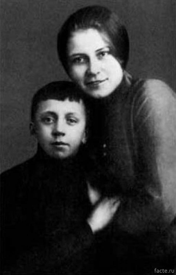 Юрий Есенин с мамой, Анной Изрядновой