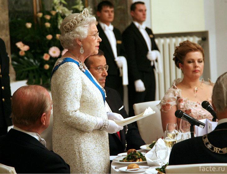 Королева на церемонии