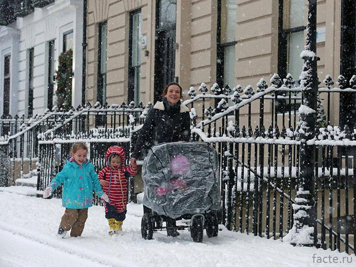 Мамаша с детишками на улице Лондона