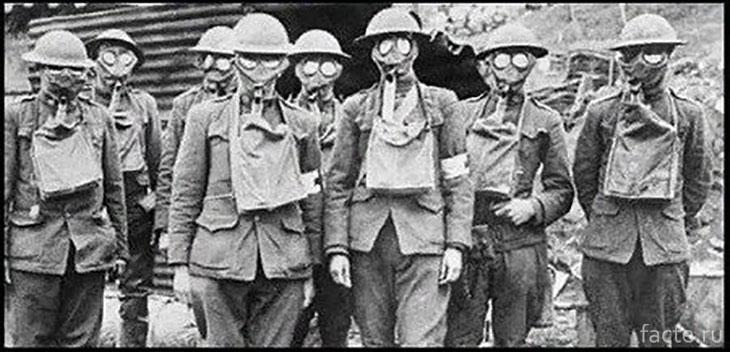 Солдаты в противогазах