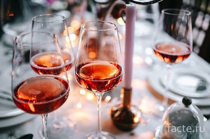 Винные бокалы на столе