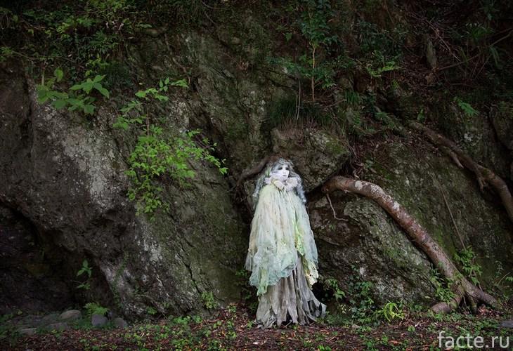 кукла в лесу