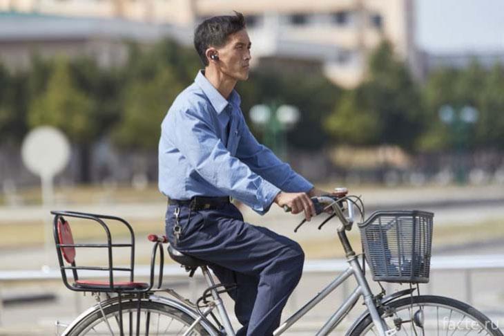 На улице Пхеньяна на велосипеде