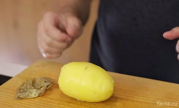 Картофелина очищена