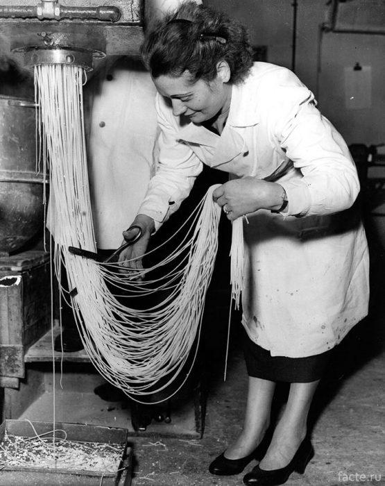 Нарезка спагетти на лондонской фабрике