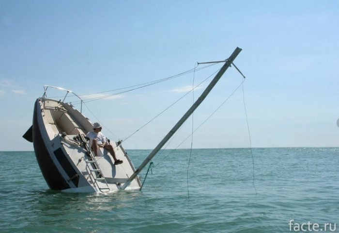 Тонущая яхта
