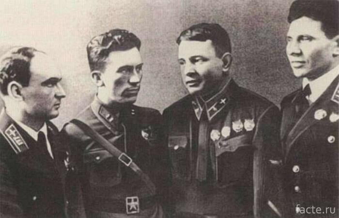 Летчики-добровольцы в Китае. Справа налево: Ф.П. Полынин, П.В. Рычагов, А.Г. Рытов, А.С. Благовещенский