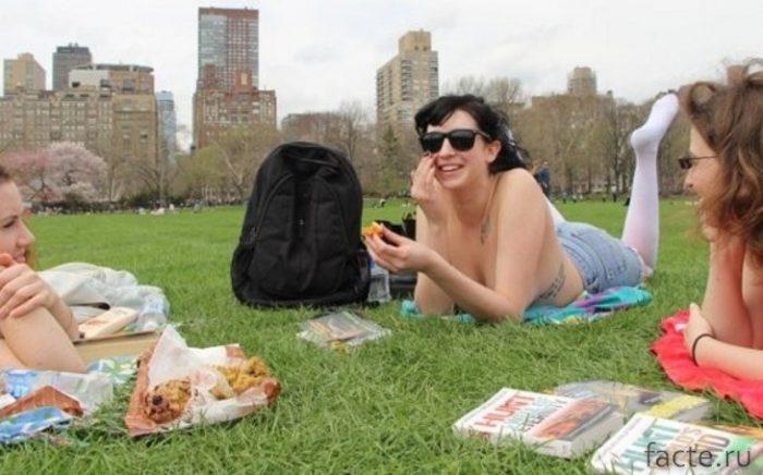 Топлесс в парке