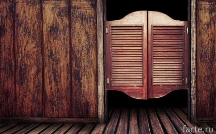 Дверь салуна