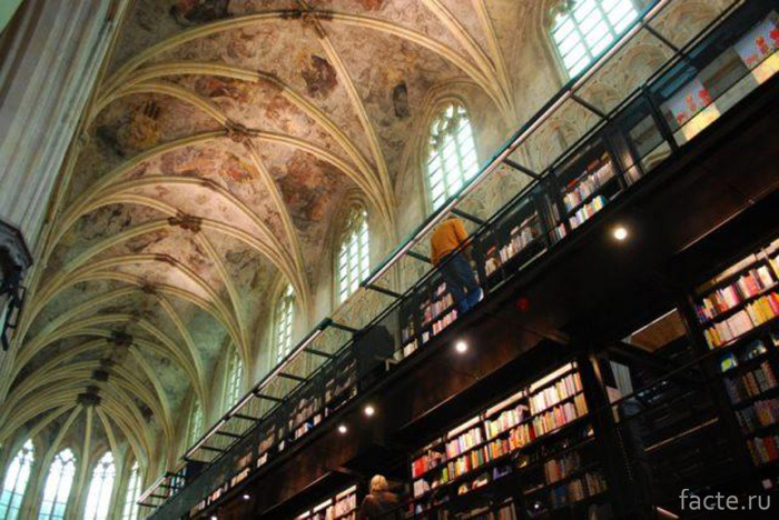 Книжный-магазин-в-церкви