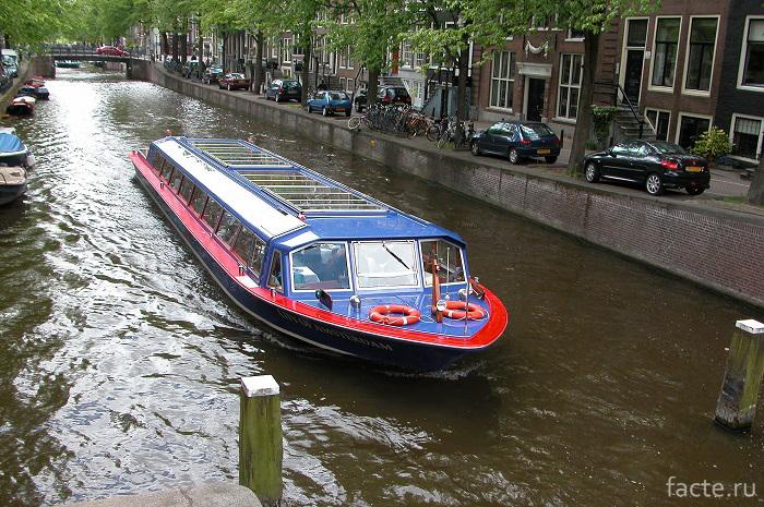 Водный автобус в Голландии