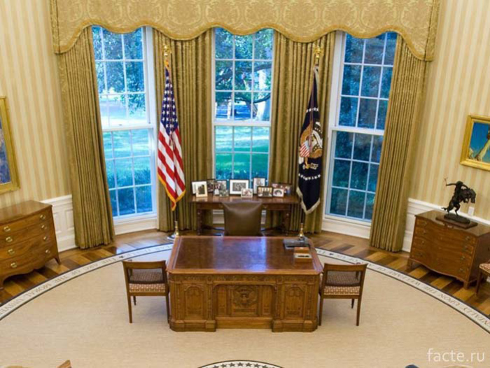 Стол-Резолют-(Resolute)-в-Овальном-кабинете-Белого-дома