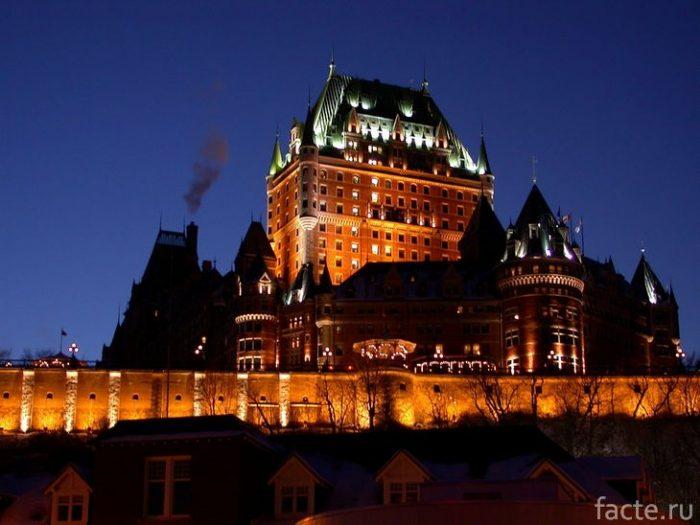 Замок Фронтенак ночью