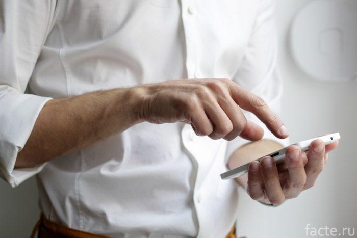 телефон в руке