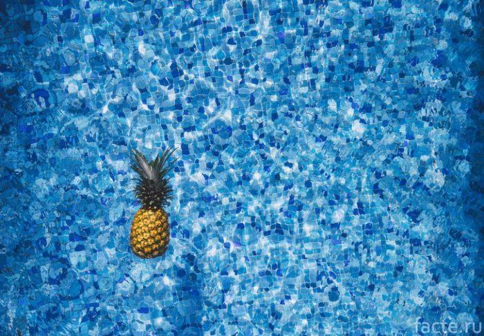 ананас в бассейне