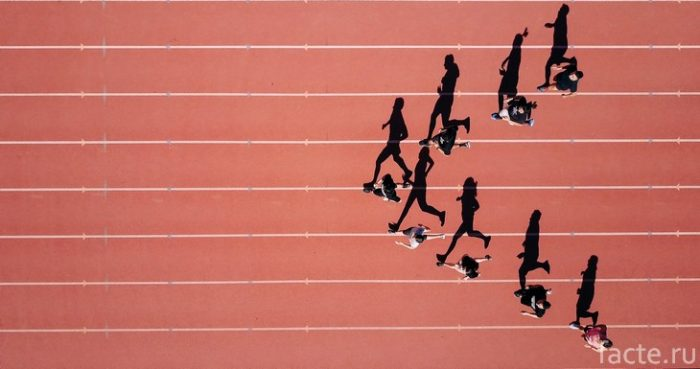 бег на стадионе