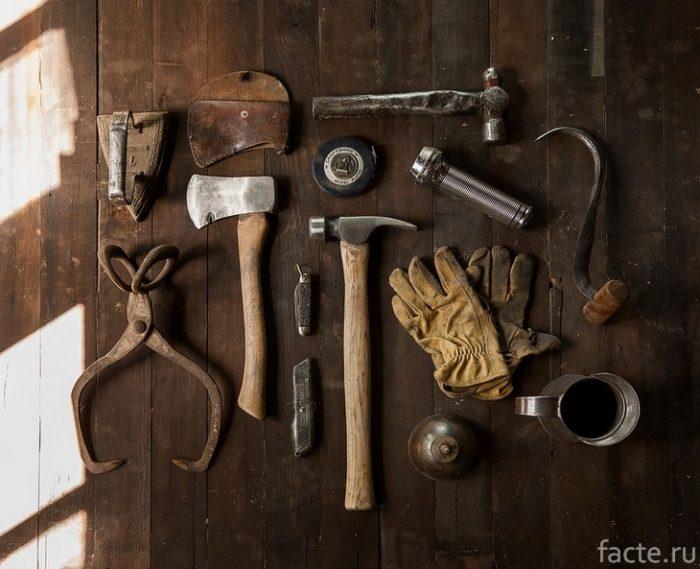 инструменты расложены