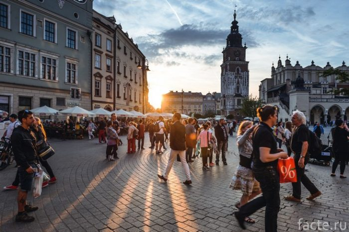 туристы на площади