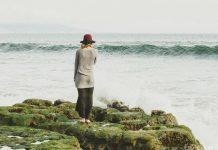 женщина у океана