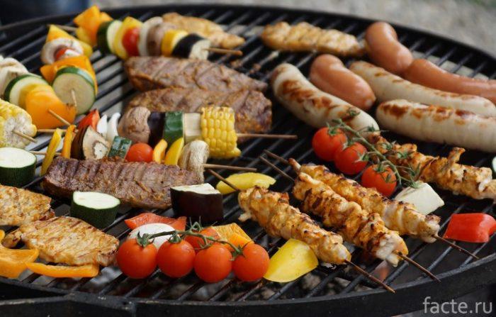 колбаски и овощи на гриле