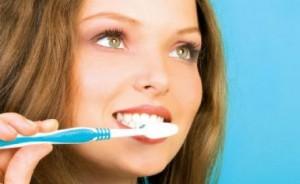 Чистить зубы после еды — вредно