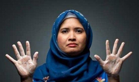 Джулла Абдулла моет руки 300 раз в день, а волосы — 25 раз в день