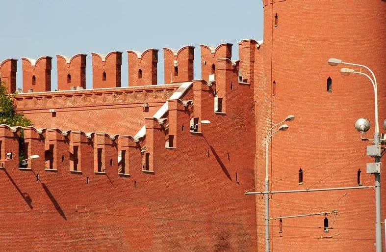 Почему зубцы кремлевской стены имеют форму буквы М?