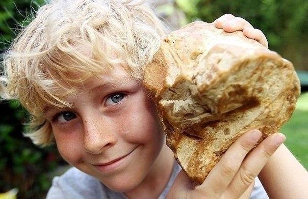 Мальчик держит в руках, то что продали за 40000 евро