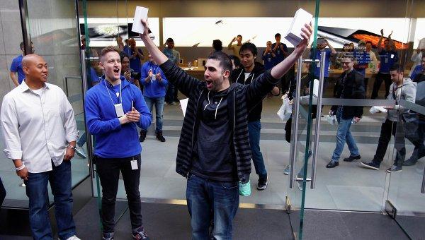 Первый покупатель iPhone 6 в Австралии уронил его, выйдя из магазина