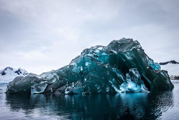 Редчайшее фото перевернутого айсберга